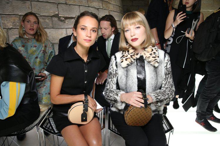 艾莉西亞薇坎德(左)和蕾雅瑟杜都拎著Petite Boite Chapeau迷你...