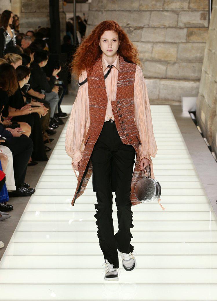 緞面、飄逸的襯衫與裙裝,展現無憂的十八世紀法國貴族風情。圖/LV提供