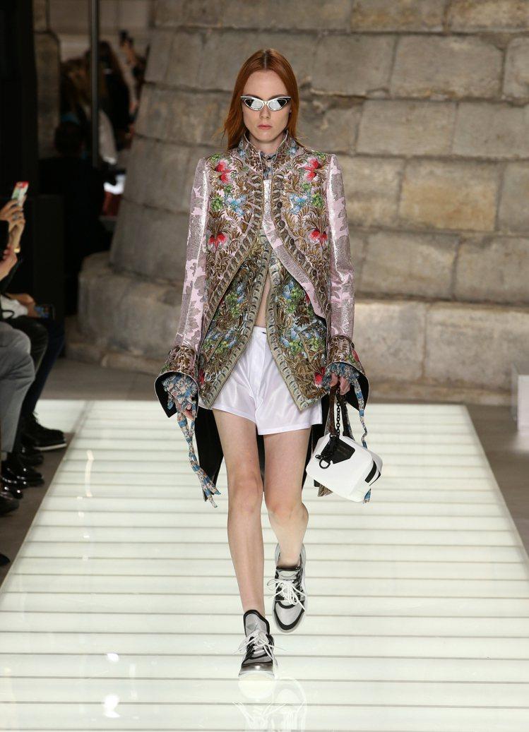 Nicolas Ghesquiere以十八世紀法式貴族輪廓打造2018春夏女裝。...