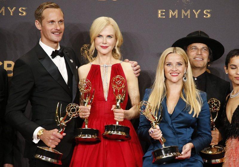 亞歷山大史卡斯加(左起)、妮可基嫚、瑞絲薇絲朋因合作「美麗心計」獲得艾美獎。圖/