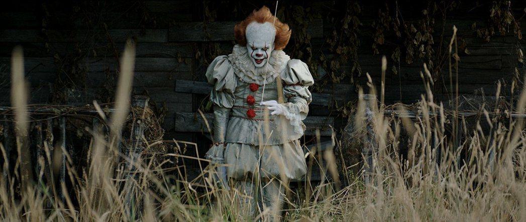 比爾史卡斯加在 「牠」扮演小丑,嚇壞不少觀眾。圖/摘自imdb