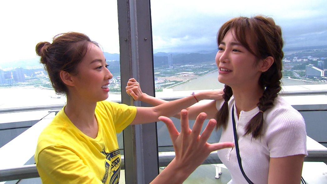 夏語心(左)和舒子晨到澳門出外景。圖/TVBS提供