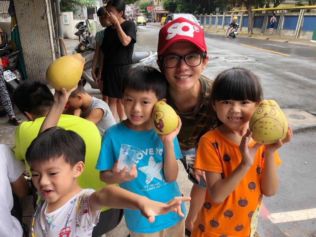顏永烈(後排右二)今年難得在家和孩子們烤肉。圖/天晴音樂提供