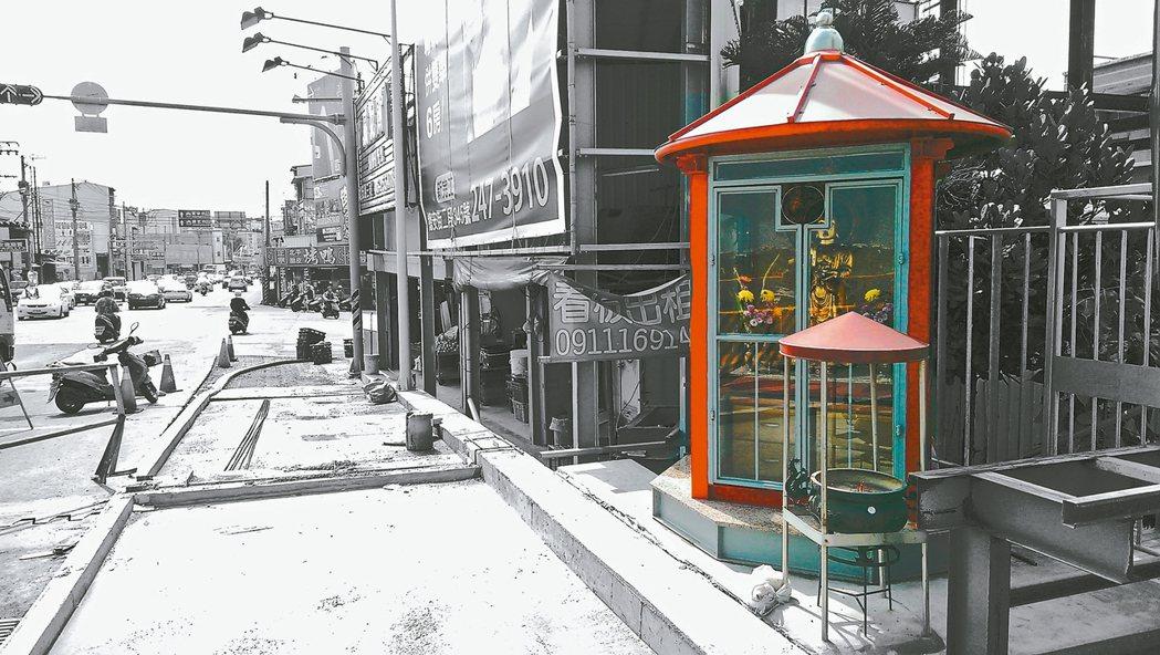台南永康菩薩堂,直接寄生在人行道旁的電話亭裡。 圖/野人文化提供