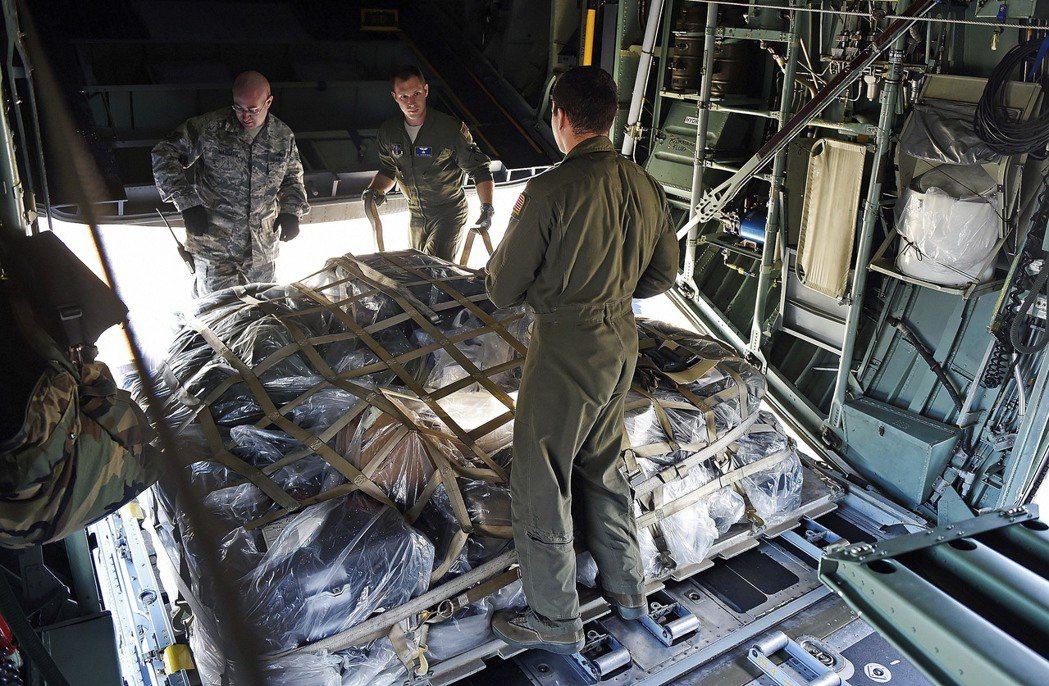 空軍國民兵運輸機載運救濟物資飛往波多黎各。美聯社