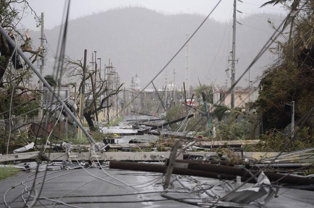 今年9月颶風瑪莉亞橫掃波多黎各,島上幾乎全面停電,救難團隊在黑漆漆街道克難搜救。...