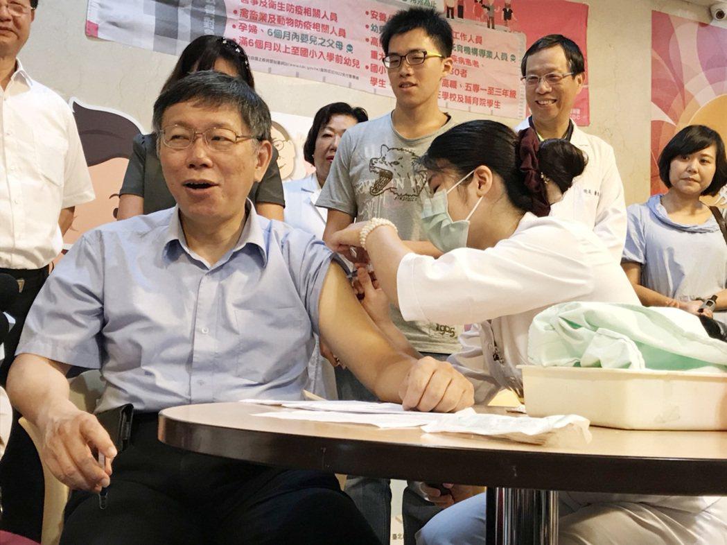 台北市長柯文哲「身體力行」,率先施打流感疫苗。中央社