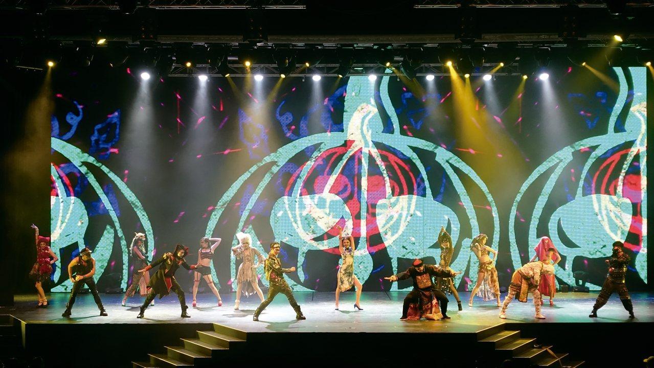 猛鬼戲院最終回,鬼怪們一起在舞台上勁歌熱舞。