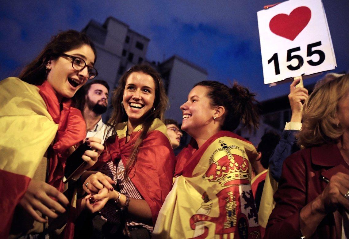 「我愛155」,4日晚間的巴塞隆納,統派團體上街反獨立,並支持馬德里中央動用〈憲...