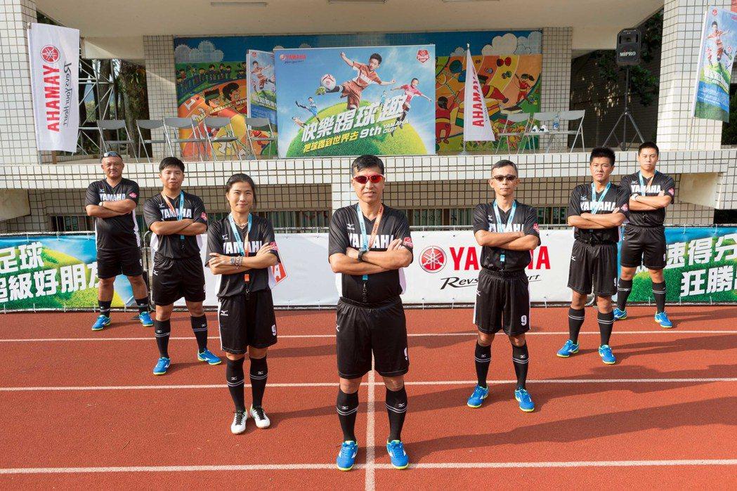 YAMAHA CUP校園巡迴由總教練蔡尚明(中)帶領專業師資提倡快樂踢球趣。圖/台灣山葉提供