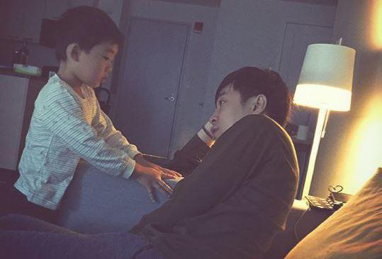 青峰(右)與家凱兒子(左)感情很好。 圖/擷自青峰臉書