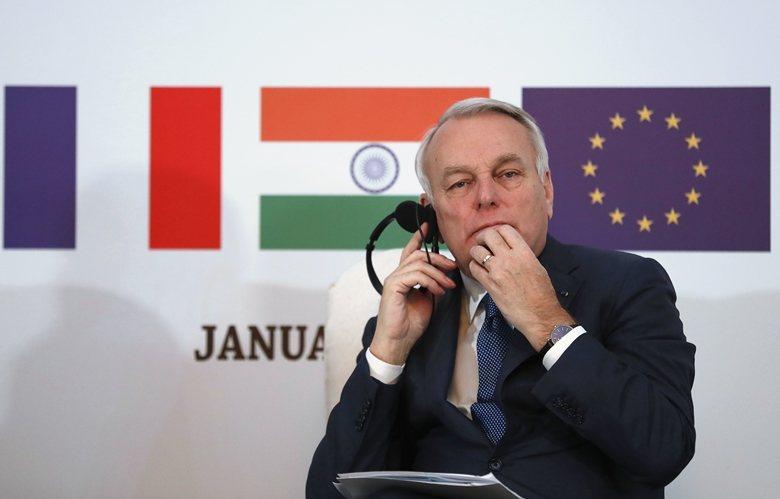 開明的歐盟對多語言政策的堅持,毋庸置疑。圖為法國外交部長正在聆聽會議翻譯解說。 ...
