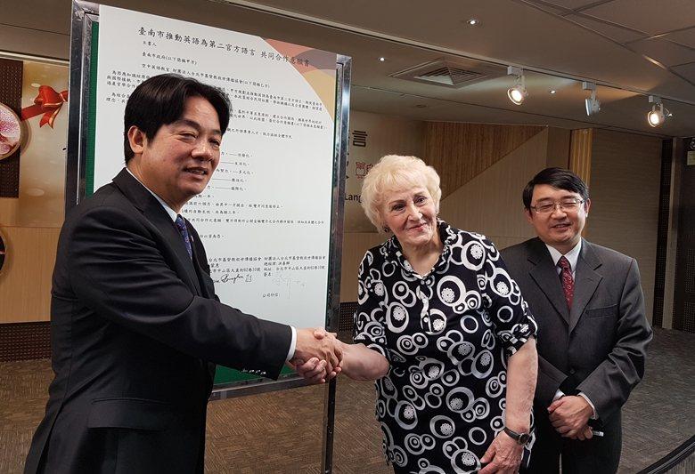 2015年賴清德曾在台南市推動英語為第二官方語,圖為賴清德與空中英語教室簽約。 ...