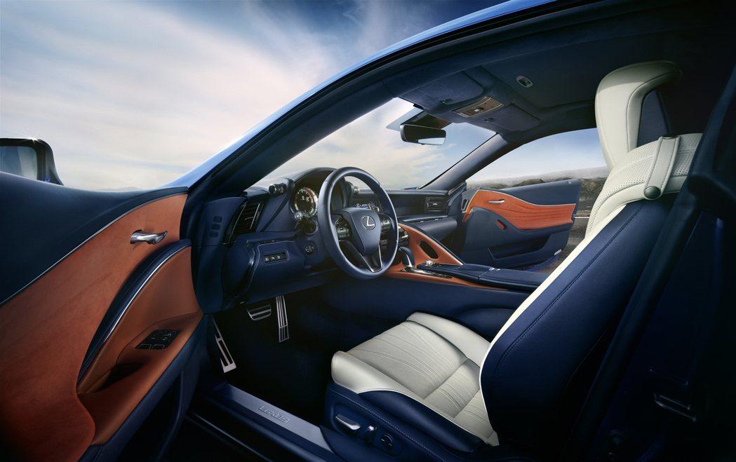 設計師並以地中海的蔚藍大海、橘色夕陽及白色沙灘為靈感,打造LC Limited Edition車型的內裝。 圖/和泰汽車提供