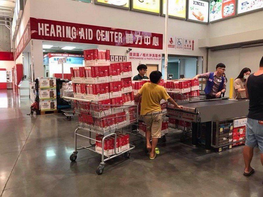 民眾購物車內的厚奶茶堆得像山一樣高。圖/臉書「綠豆嘉義人」