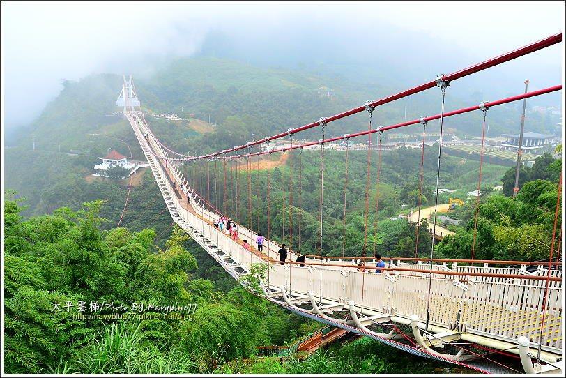 ↑在西側橋頭平台可以看出太平雲梯橋面摺線的特殊造型。