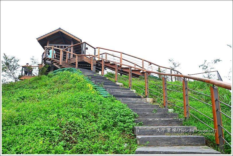 ↑爬上龜山前峰觀景台,可以俯瞰雲嘉平原,展望超棒,可惜這天也蒙上霧的面紗。