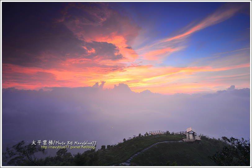 ↑夕陽雖然被雲遮蔽了,仍然奮力在雲層上方耀出霞光。