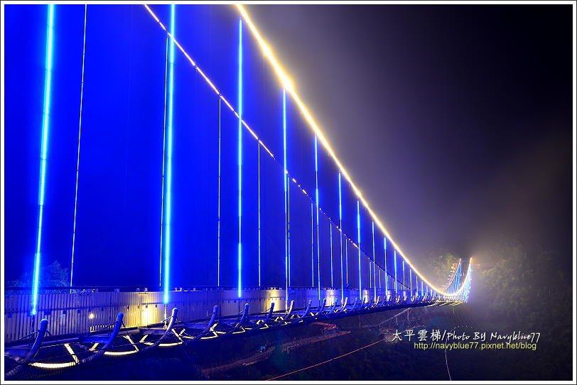 ↑↓雲梯燈光會自動變色,七種色彩輪番裝飾橋身,襯著主索上的一彎徵笑。