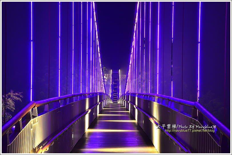 ↑夜晚的雲梯吊橋並不開放,但可以透過柵欄拍到橋身的彩燈。