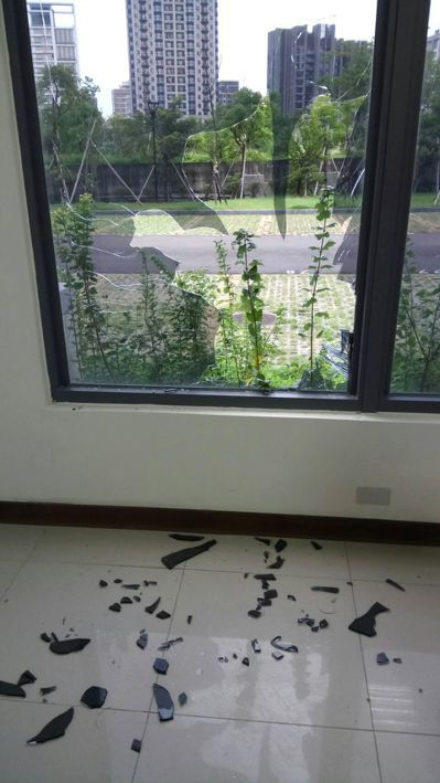 何嫌以滅火器破窗逃逸。 圖/新竹地方法院提供