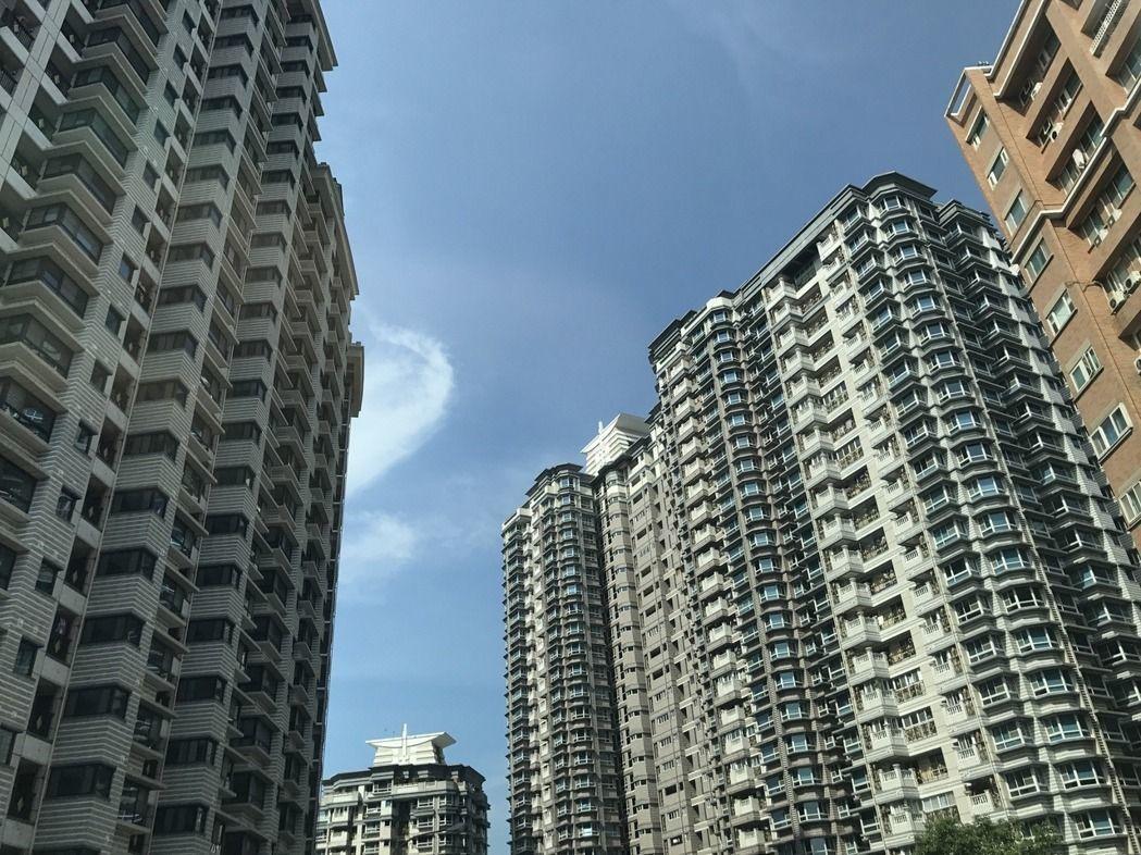 買房好還是每年出國好?網友陷入兩難。記者游智文/攝影