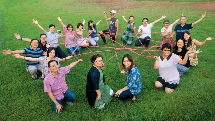 透過一場又一場的工作坊,藍偉瑩(著藍底花衣者)成為教育圈裡一股溫柔而堅定的力量,...