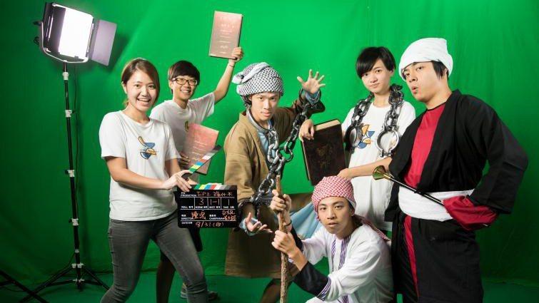 LIS創辦人嚴天浩(左3)與夥伴錄製影片,用誇張的人物表情,激起孩子們的學習動機...