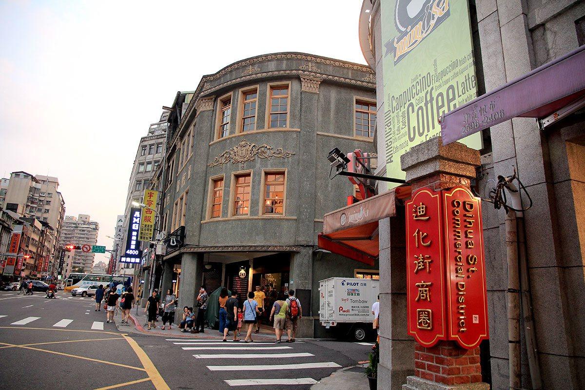 大稻埕曾是台北商業文化中心,跨國企業匯聚,優秀人才輩出,譜寫許多傳奇故事。