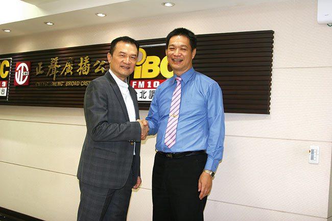 理財周刊發行人洪寶山(左)、放空達人羅傑(右)