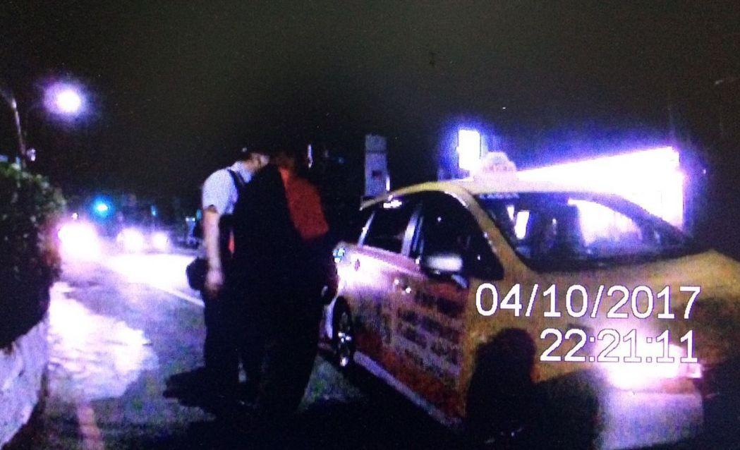 桃園市鍾姓堂兄弟,參加中秋烤肉聚會後,沿路步行2公里遠,仍攔不到計程車返家,手機...