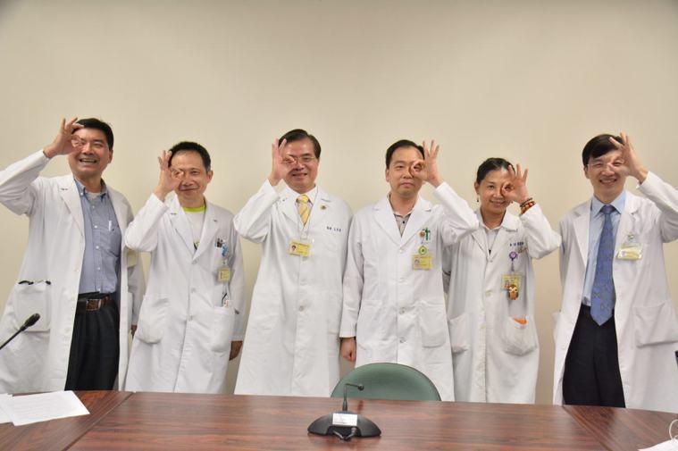 高雄榮總台南分院眼科部今天召開記者會,醫師現身說法,呼籲重視高度近視引發的早發性...