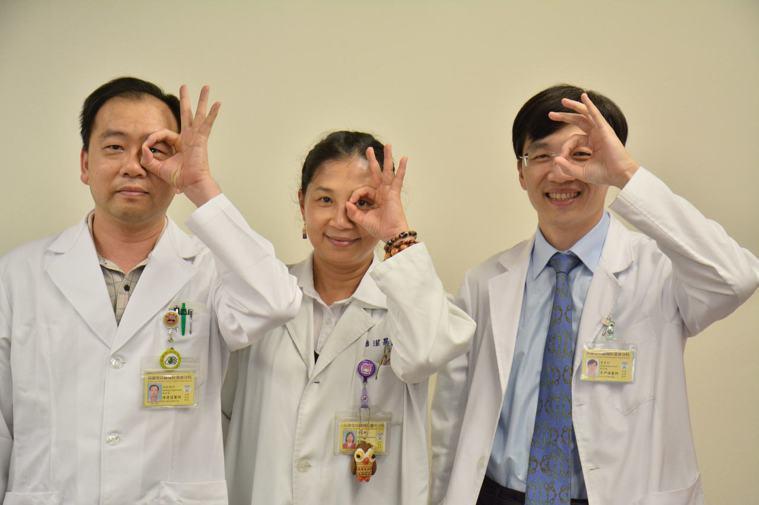 高雄榮總台南分院眼科部主任李尹暘(右)發現醫師是早發性白內障高危險群,主要是因求...