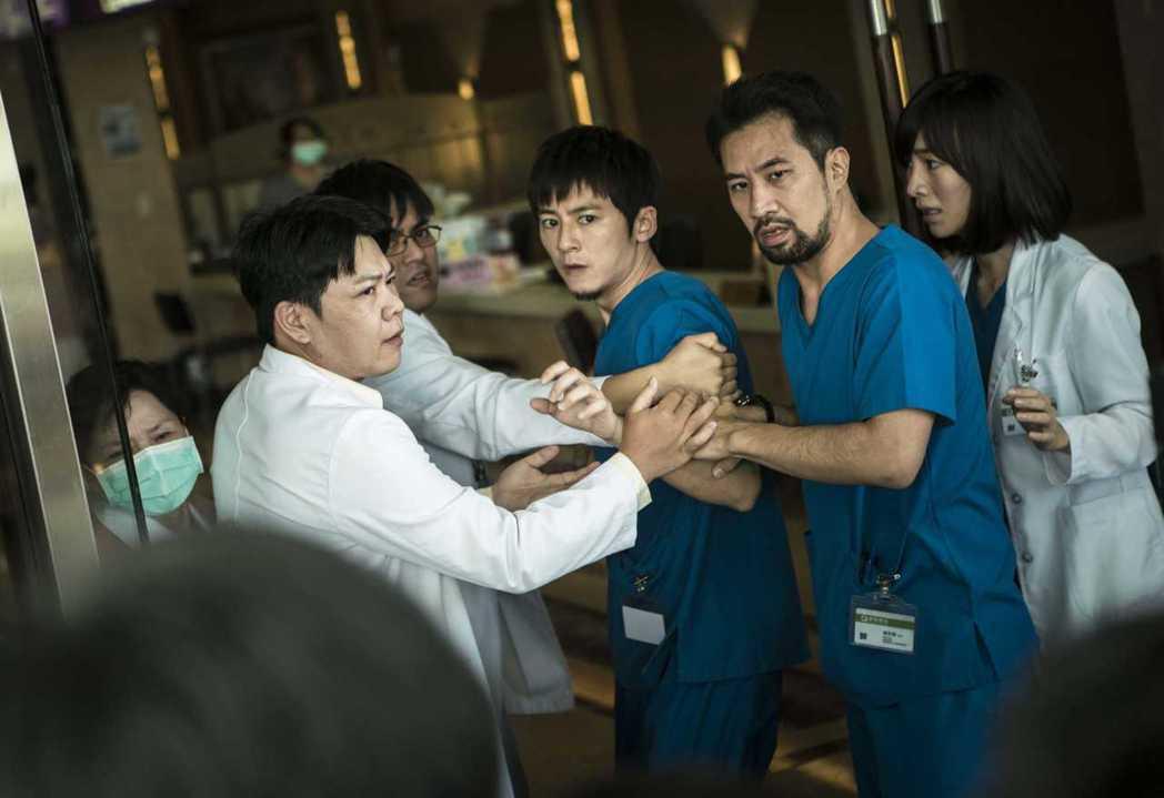 李國毅(中)劇中醫死人,遭到病患家屬指責。圖/公視提供