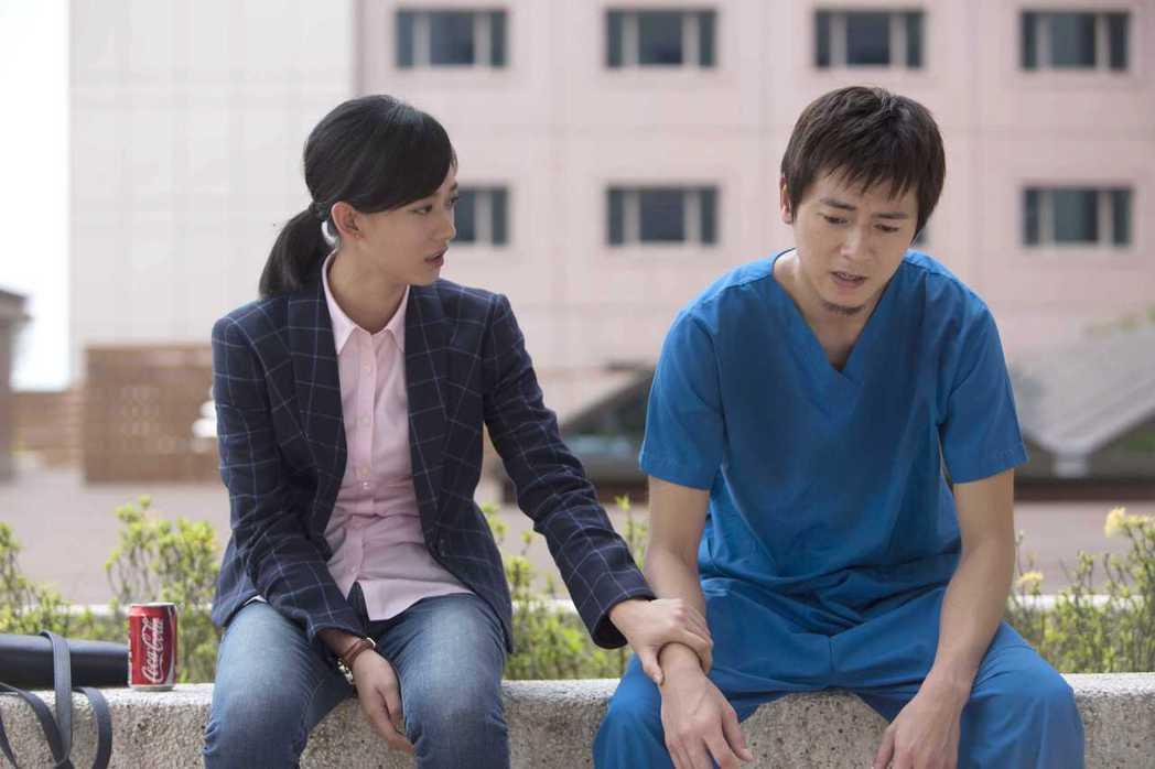 李國毅(右)劇中面臨病患去世而沮喪。圖/公視提供