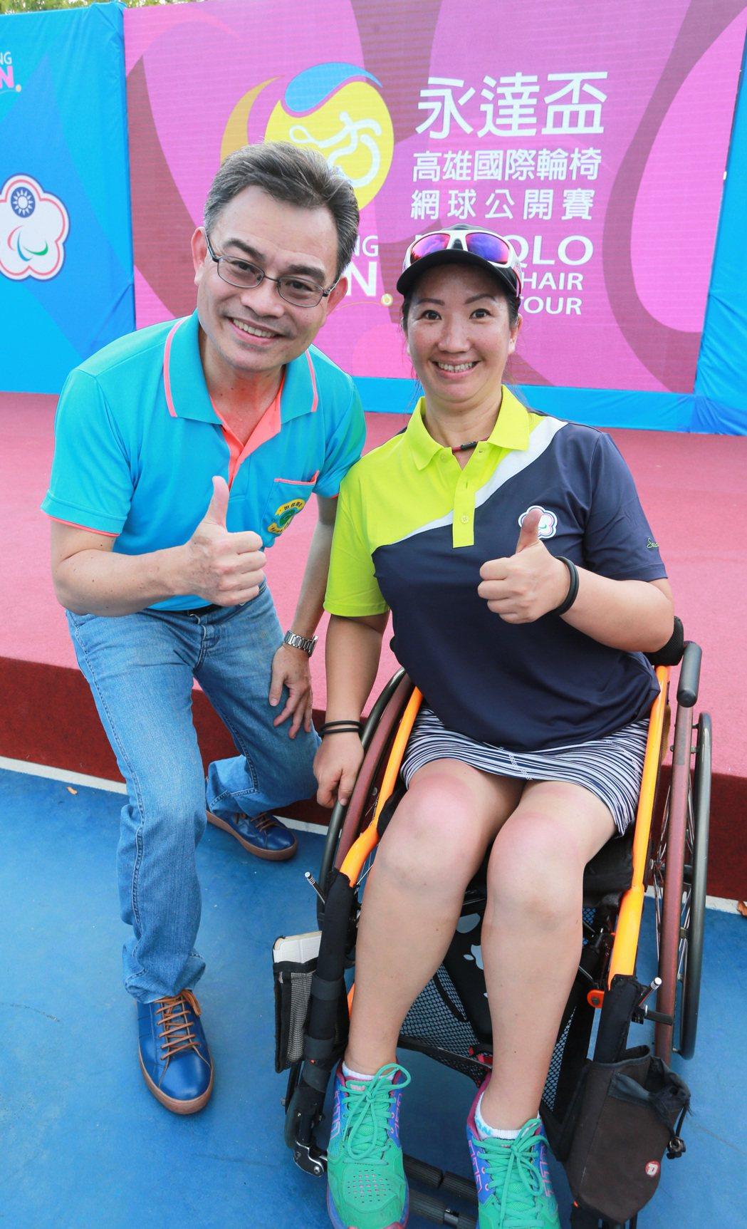 我國輪椅網球老將呂嘉儀(右)征戰國際賽場十餘年,今天也特地到場為我國選手加油。記...