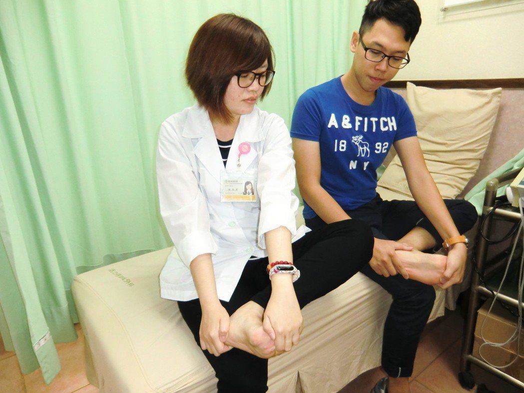 防「足底筋膜炎」第二招「足底筋膜伸展」,採坐姿,一腿膝蓋彎曲置於另一腿上,手指握...