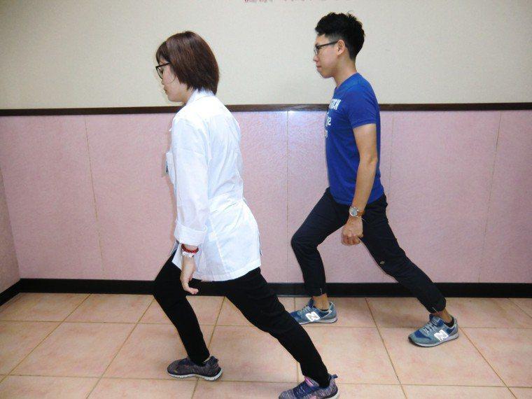 防「足底筋膜炎」第一招「小腿肌肉伸展」,採弓箭步,痛的腳放後側,雙腳跟著地、身體...