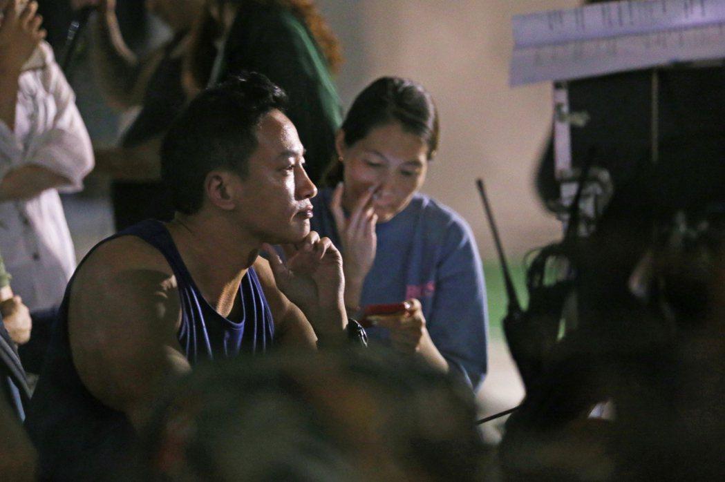 藝人何潤東在新北市大同路汐止籃球場執導新戲,戲中演員在球場演出爭奪互嗆戲碼。記者...