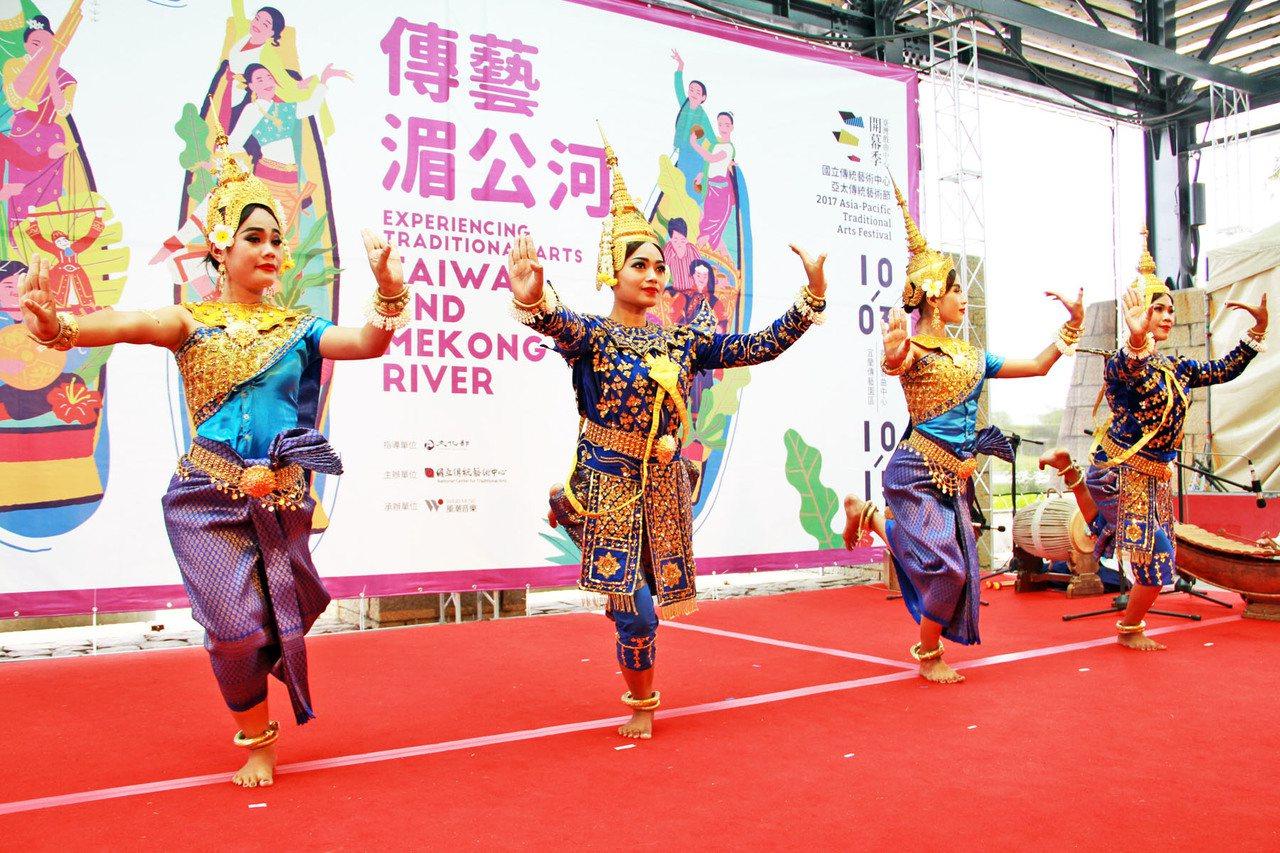亞太藝術節昨天在傳藝宜蘭園區首演,柬埔寨暹粒舞蹈團演出《神的降臨》。 記者羅建旺...