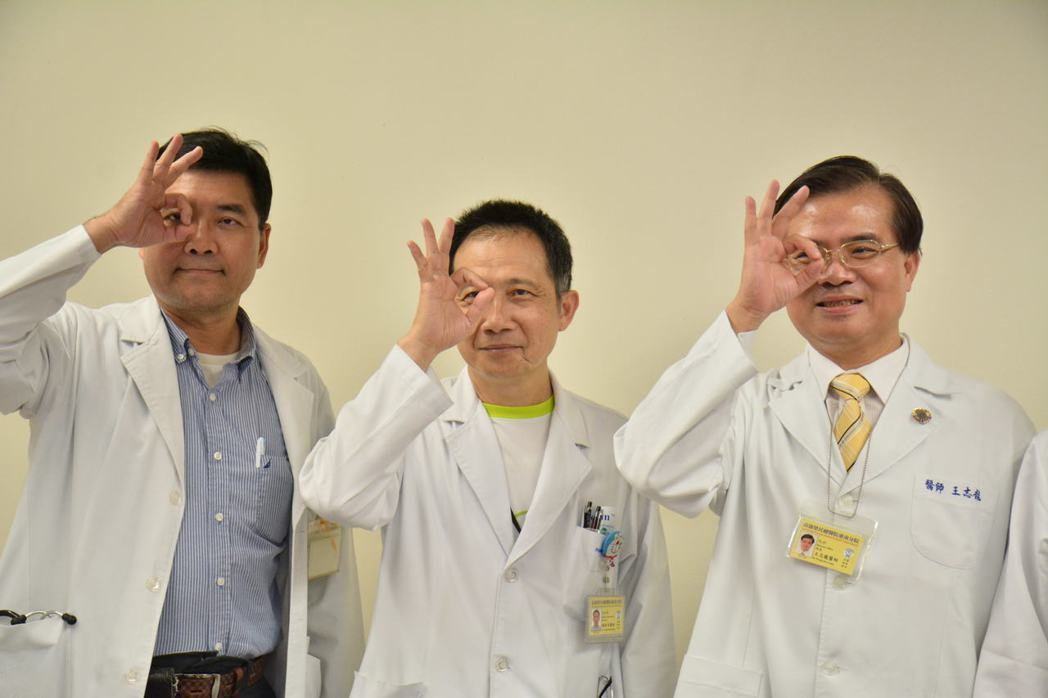 高雄榮總台南分院院長王志龍(右)提醒醫師要重視高度近視引發的早發性白內障。 記者...