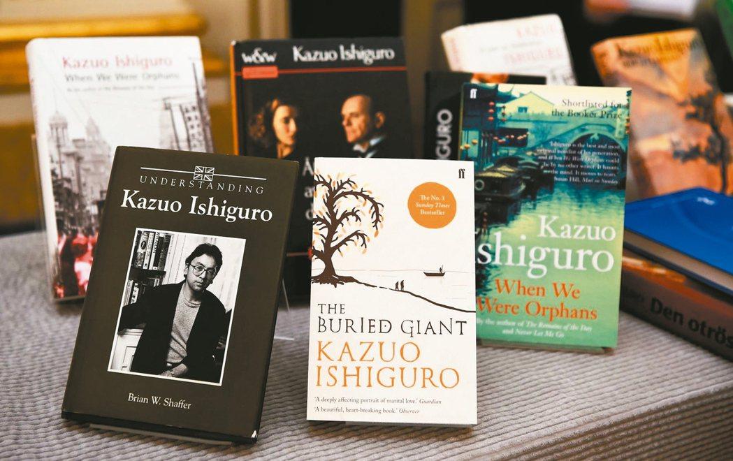 瑞典皇家學院五日公布石黑一雄為本屆諾貝爾文學獎得主的記者會場上,擺設石黑一雄的作...