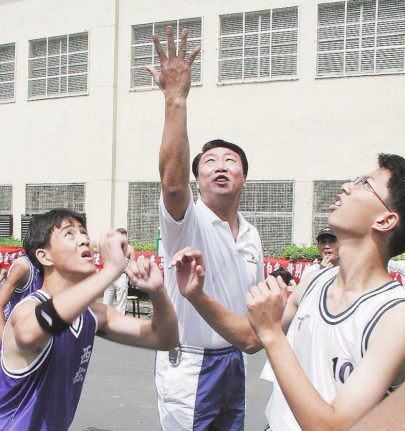 許榮春(中)任職台北市警局刑警大隊期間追竊嫌,追到對方喊投降。 本報資料照片
