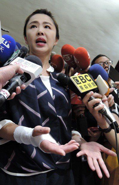 新北市議員李婉鈺爆出酒醉失態,在神隱40多小時後出面道歉,並表示之後會戒酒一段日...