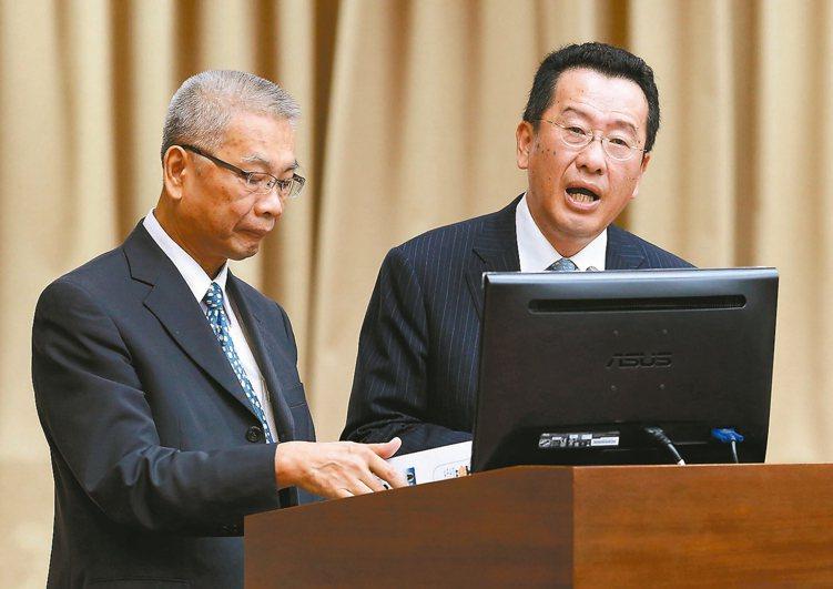 財政部長許虞哲(左)、金管會主委顧立雄昨天在立法院,針對稅改提出意見。 記者胡經...