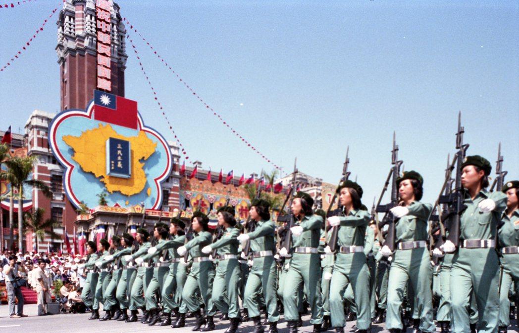 60、70年代金門、馬祖女自衛隊參加國慶閱兵,動作整齊畫一。報系資料照