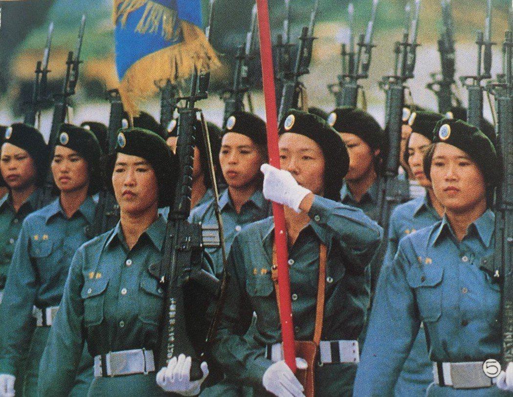 當年,金門自衛隊女兵參與國慶閱兵,總是典禮上吸引眾人目光的焦點。記者蔡家蓁/翻攝