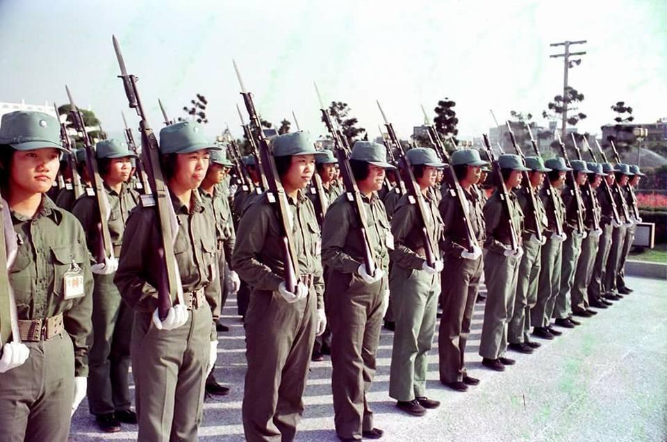 參加國慶閱兵受訓的自衛隊和正規軍一樣,被子要疊成豆腐乾,要洗戰鬥澡,甚至洗澡水裡...