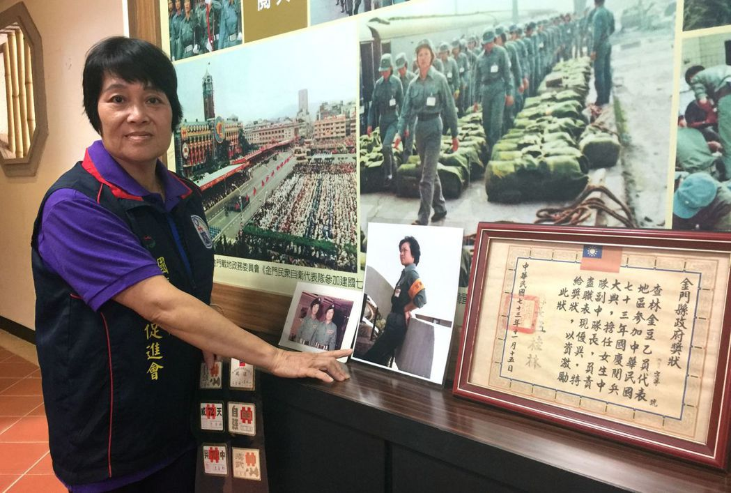 曾經連續參加過7年國慶閱兵的林金豆看著相片,提起那段「少女時代」,直說是難忘的回...