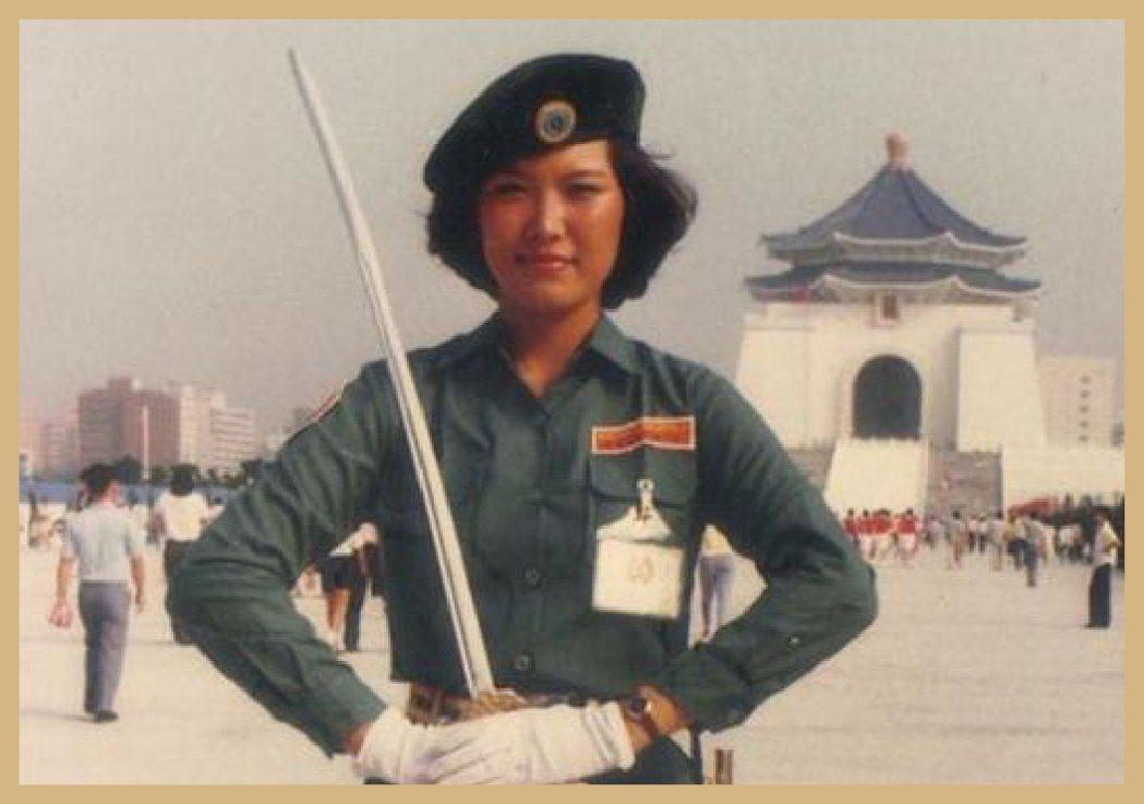 金門在60年代,每年都會挑選女自衛隊,當年擔任的隊長洪燕玉還在中正紀念堂前留下美...